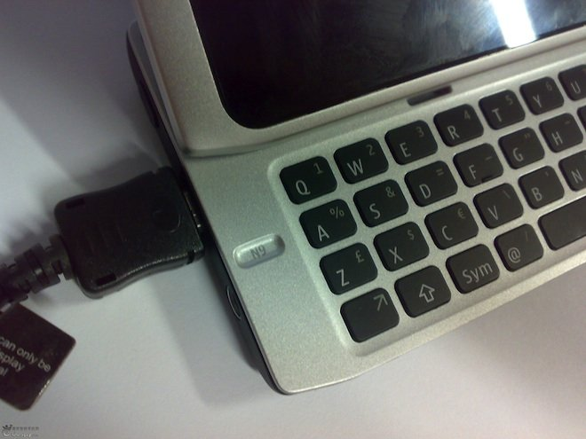 Nokia N9 leak showing keyboard and tilting screen
